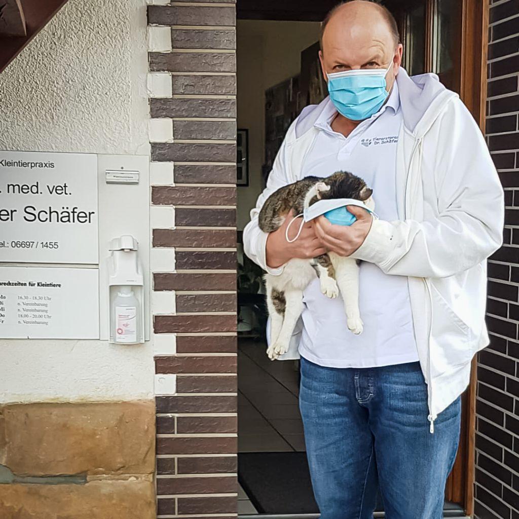 Tierarzt Dr. Schäfer mit Kater Bonnie und Munschutz
